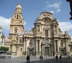 Un hombre se sube al tejado de la catedral de Murcia y reclama 3.000 euros