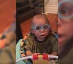 La emotiva reacción de un niño al mirar con gafas por primera vez