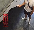 Un pamplonés de 20 años raya y quema una pared en un portal de Burlada
