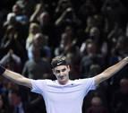Roger Federer remonta y se mantiene invicto en Londres