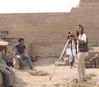 Una investigadora de la UN excava en el Templo de Tutmosis III, en Egipto