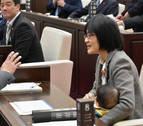 Una concejala japonesa vuelve a desatar la polémica al ir a un pleno con su bebé
