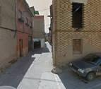 Dos agentes de la Guardia Civil sofocan un fuego en una casa en Mendavia