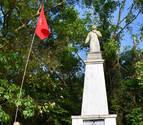 Un navarro coloca la bandera foral en la isla donde murió San Francisco Javier