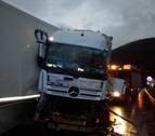 Dos heridos graves en Bera tras salirse de la vía un camión al hacer la tijera