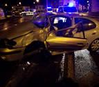 Un coche fuera de control choca contra una farola en la calle Ezcaba de Pamplona