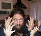 Un padre se pinta las uñas como su hijo por las burlas de otros niños en el colegio