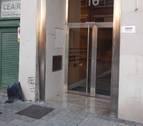 Se sale de la vía, choca contra un portal de la calle Aoiz de Pamplona y se da a la fuga