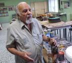 El hermano del escultor Jorge Oteiza expone sus pinturas en Pamplona