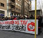 Una concentración con partidos del Gobierno foral protesta contra el TAV