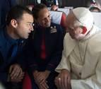 Se casan en pleno vuelo, de improviso, mientras trabajan y... ante el Papa