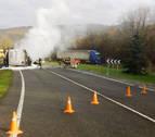 Un camión cargado de azúcar arde en la N-121-A a la altura de Lantz