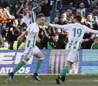 El Betis mira a Europa y frena a un Villarreal que jugó con diez una hora