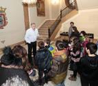 Las peñas txikis visitan el Ayuntamiento de Pamplona