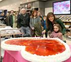 San Valentín llega a E. Leclerc Pamplona con una enorme tarta para sus clientes