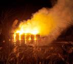 Un incendio en una pajera en Peralta obliga a los bomberos a vigilarlo toda la noche