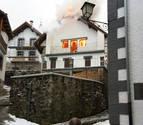 Arde una planta entera de una casa en el centro de Ochagavía