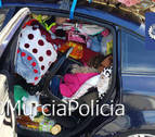 Paran un coche por exceso de peso en Murcia y encuentran a una niña entre los enseres