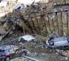 Evacuan dos edificios en Roma por un socavón que arrastró varios coches