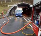 Un camión averiado llena de humo el túnel de Almandoz