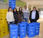 El colegio de San Adrián recibe 58 papeleras para impulsar el reciclaje