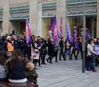 Tiendas sin clientes y calles concurridas en la huelga feminista en Pamplona
