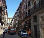 Cae parte del alero de un edificio en la calle Chapitela de Pamplona