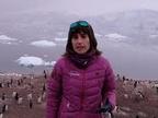 La Reina entrega a la navarra Uxua López una medalla de tras su viaje a la Antártida