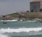 Rescatan a un aficionado del Sevilla en la playa de Riazor, en A Coruña