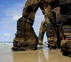 El cambio climático agrava el proceso de desaparición de los acantilados de la playa de Las Catedrales