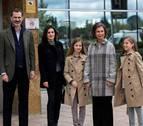 La reina Sofía posa (por fin) de la mano de sus nietas junto a Letizia y Felipe