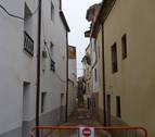 Cortada una calle en La Villa, en el centro de Andosilla, al caer al suelo una cornisa