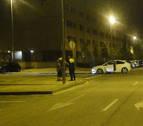 Un conductor ebrio se lleva por delante una señal y golpea a dos vehículos en Pamplona