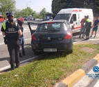 Aparatoso choque sin heridos entre un coche y un vehículo de Cruz Roja en Pamplona
