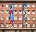 El artista Mikel Belascoain inicia 'Pueblo' con dos obras en la fachada del Maisonnave