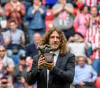 Carles Puyol recibe de manos de Iribar el premio 'One Club Player'