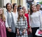 Doña Sofía comparte con la Reina y sus cuatro nietas una tarde de teatro