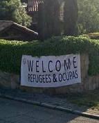 """El mensaje de Vox en el chalé de Iglesias y Montero: """"Bienvenidos, refugiados y okupas""""."""