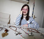 Una joven con síndrome de Down triunfa con su marca de bisutería Carmelamola