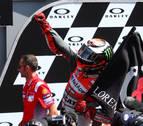Lorenzo firma su primer triunfo con Ducati y Márquez queda fuera de los puntos