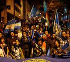 Piden la renuncia de Morales mientras sigue amenazante el volcán en Guatemala