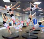 La giganta Braulia practica 'pole fitness' en Estella por la campaña 'San Fermín Sí'