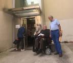 Vecinos de Lizarra recogen firmas hartos de la situación del ascensor