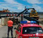Un camión no respeta el límite de altura de un puente y vuelca en Caparroso