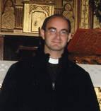 Un sacerdote alegre y entregado a sus feligreses