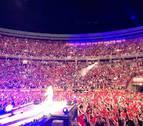 Miles de pañuelicos rojos emocionan a Amaia en 'Shake it out'