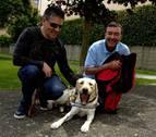 Serafín Zubiri da la bienvenida a su nuevo perro