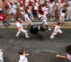 Cientos de niños juegan a ser mozos en el primer encierro txiki