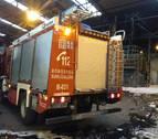 Los bomberos sofocan un fuego industrial en una empresa de Urdiain