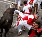 Un 'Jandilla' siembra el terror con una cornada en el Ayuntamiento en el séptimo encierro de San Fermín